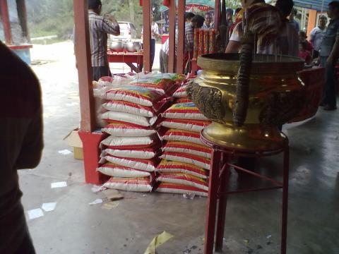 4 beras yang akan di berikan kepada orang-orang.jpg