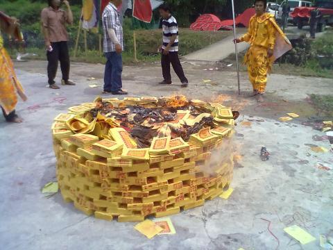 tumpukan kertas sembahyang di bakar by erit07.jpg